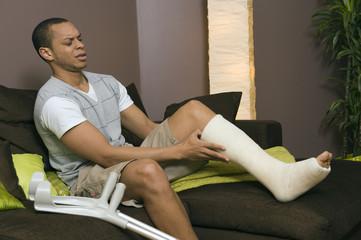 Homme souffrant de son pied platré