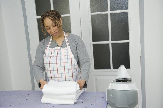 Plier des serviettes blanches