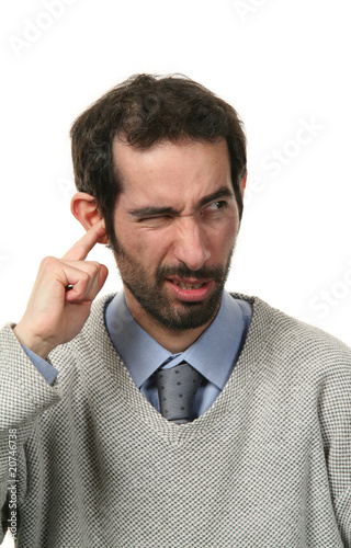 homme qui se gratte une oreille photo libre de droits