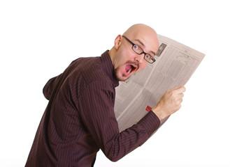 Mann erschrocken beim Zeitung lesen