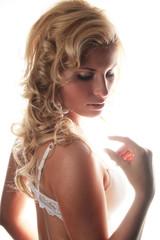 Blonde Frau mit Locken in Unterwäsche