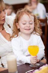 kleines mädchen trinkt ein glas limonade