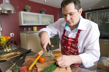 Homme en train de cuisiner