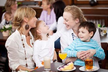 frauen mit kindern im cafe