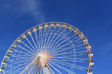 Grande roue fête foraine ville de Nice