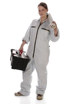 Junge Frau, Mädchen mit Tapete und Werkzeugkoffer