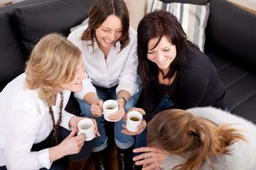 junge frauen beim kaffeeklatsch