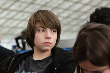 adolescent en salle d'attente
