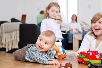 kinder spielen im wohnzimmer auf dem boden