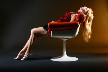 Rothaarige Frau im Sessel entspannt