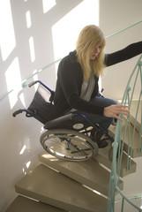 Frau stürzt mit Rollstuhl die Treppen runter