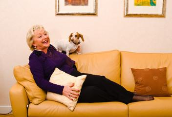 Frau mit dem Hund auf der Sofa