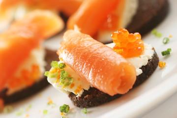Bilder und videos suchen lachsr llchen for Smoked salmon roulade canape