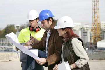 Professionnels du bâtiment sur chantier de construction