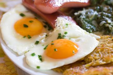 Keuken foto achterwand Gebakken Eieren Spiegeleier mit Spinat, Röstkartoffel und Wurst