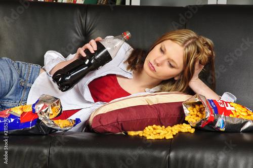 """""""Mädchen Auf Dem Sofa Mit Chips Und Cola"""" Stockfotos Und"""