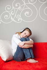 musik hören auf dem sofa