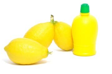 Limoni e bottiglia di succo di limone