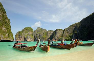 Foto op Canvas Blauwe hemel Thailand. Andaman sea. Phi Phi island. Thai boats on Maya bay