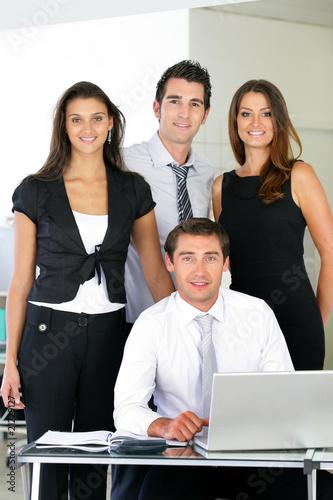 hommes et femmes souriants d 39 affaire au bureau photo libre de droits sur la banque d 39 images. Black Bedroom Furniture Sets. Home Design Ideas