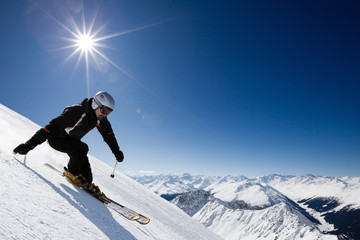 In de dag Wintersporten Male skier with mountain view