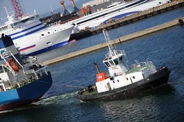 navire et remorqueur
