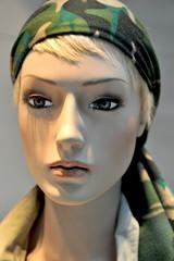femme au foulard vert