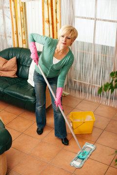 Frau wischt den Boden im Haus