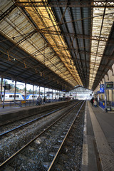 une gare en attente de trains