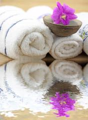 serviettes blanches, noix de coco, orchidée, fond bambou