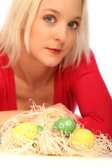 Frau mit Ostereiern