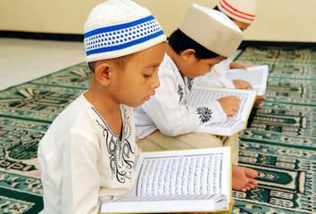 Muslim Kids Reading Koran Wall mural