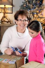 Femme senior jouant aux cartes avec une fillette