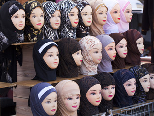 étalage de foulard islamique turban marocain