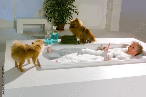 Oma In Der Badewanne Mit Hunden Stockfotos Und Lizenzfreie Bilder