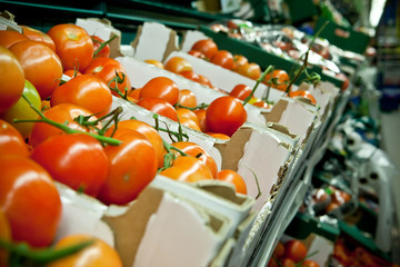 Picture of fresh tomatoes and other vegetables in supermarket