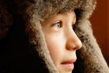 viso di bambino con cappello di pelo