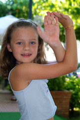 Ein junges Mädchen lächelt in die Kamera.