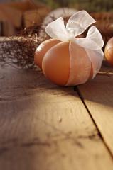 Jajka na dębowym stole