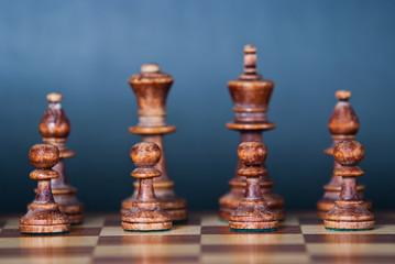 Czarne szachy na niebieskim tle