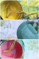 Pinceaux et pots de peinture jaune, bleu, rose