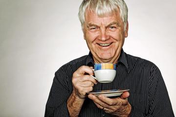 Fröhlicher Mann trinkt Kaffee
