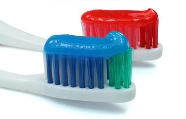 Zahnbürsten blau rot mit Zahnpasta