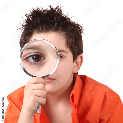 Bambino con lente di ingrandimento immagini e fotografie royalty free su file - Specchio con lente di ingrandimento ...