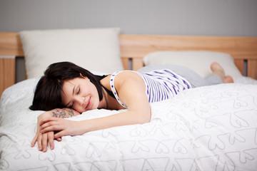 junge frau schläft auf dem bett