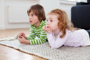 junge und mädchen beim fernsehen