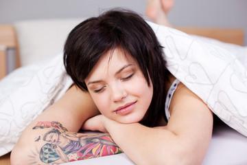 junge moderne frau schläft