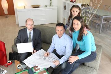 Promoteur présentant projet immobilier à de futurs acquéreurs
