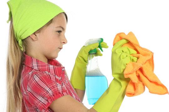 Enfant nettoyant avec un chiffon