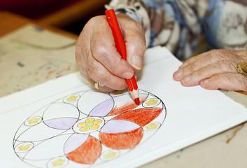 Seniorenhände beim Malen